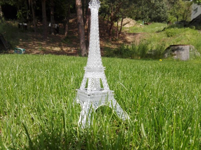 LED lampička v podobě Eiffelovy věže