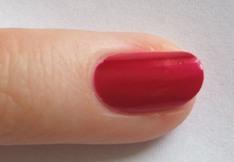 malíček - nalakovaný červeným lakem