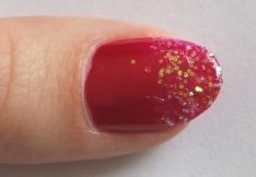 palec - červený lak s glitry